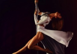 lady dancing on pole